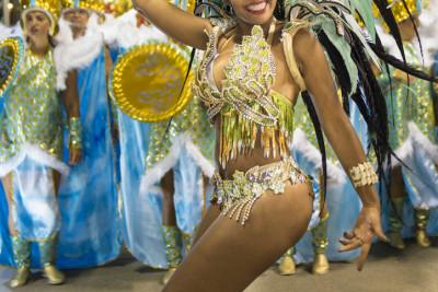 Das sog. Brazilian Butt Lifting wurde in Brasilien entwickelt und fand seinen Ursprung in der Begeisterung vieler Menschen an den sehr weiblichen Formen der Tänzerinnen beim Karneval in Rio.