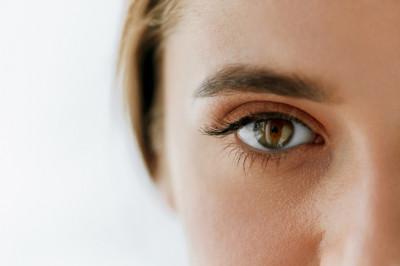 Ausschnitt Auge einer Frau nach Lidstraffung